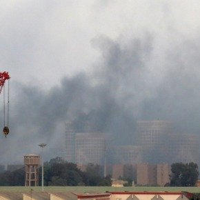 Donkere rookwolken bovenCaïro