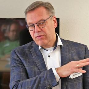 De dominees zijn in gesprek met prof.dr. BernhardReitsma